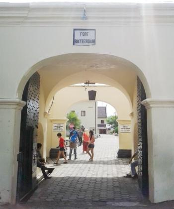 a gate [Fort Rotterdam - Makassar]