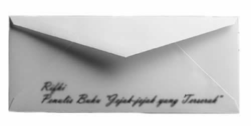 nama di atas amplop putih