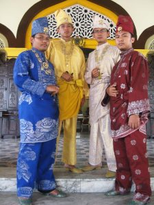 Narsis dengan Pakaian Istana
