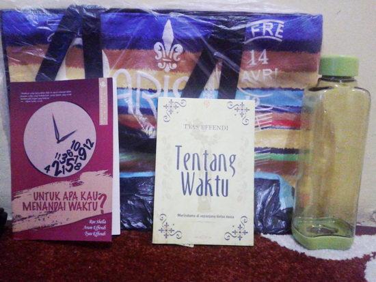 dua buku satu tas dan satu botol