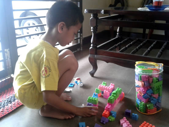 syaikhan bermain lego