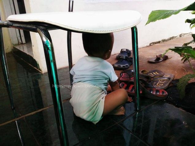 sabiq di bawah kursi