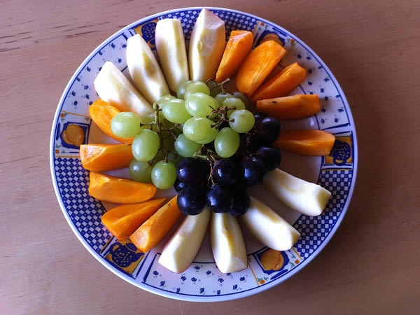 irisan buah di atas piring